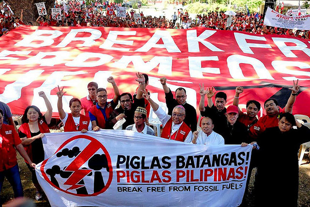 NO TO FOSSIL FUEL. Protesters advocate breaking free from fossil fuels at the Piglas Pilipinas event. Photo from https://breakfree2016.org/