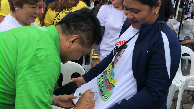 FAN SIGN. Otso Diretso candidate Erin Tau00c3u00b1ada signs the shirt of a Cebuano supporter. Photo by Mara Cepeda/Rappler