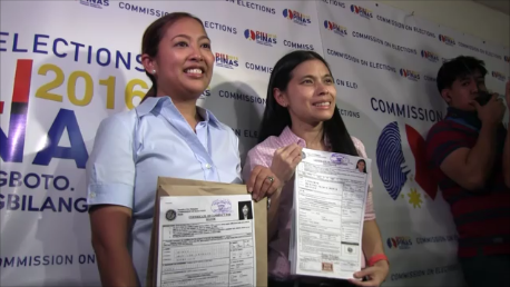 UNA TANDEM. Abby Binay and running mate Monique Lagdameo hold up their COCs on October 15. File photo by Rappler