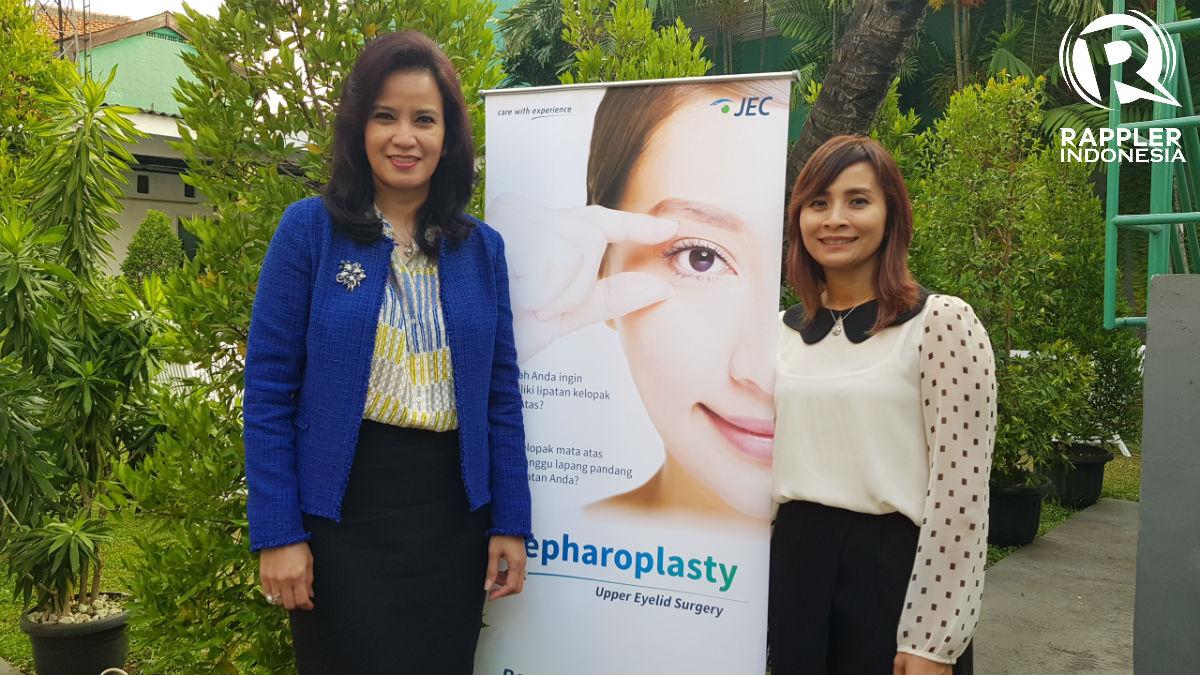 dr. Yunia Irawati dan MarComm Jakarta Eye Center Diah Prasetyo menjelaskan seputar operasi Blepharoplasty. Foto oleh Sakinah Ummu Haniy/Rappler