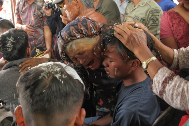 SELAMAT. Suasana haru terlihat saat pertemuan antara korban selamat dengan anggota keluarga mereka. Foto oleh Lazuardy Fahmi/AFP