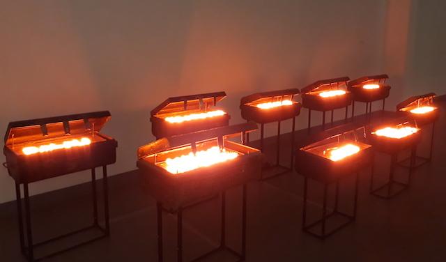FX HARSONO. 'Light in the Suitcase' karya FX Harsono merupakan instalasi yang merepresentasikan perubahan yang terjadi seiring perpindahan zaman. Foto oleh Valerie Dante/Rappler