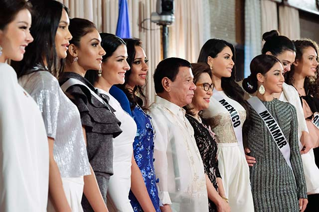QUEENS MEET THE PRESIDENT. The Miss Universe 2016 candidates meet President Rodrigo Duterte. Photo from EDP Malacanang