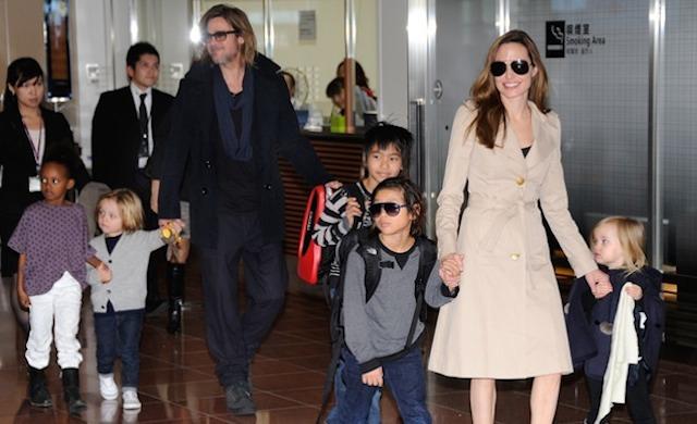 Angelina Jolie dan Brad Pitt bersama anak-anak mereka saat tiba di Bandara Haneda, Tokyo, untuk mempromosikan film Brad, Moneyball di bulan November 2011. Foto oleh Toru Yamanaka/AFP.