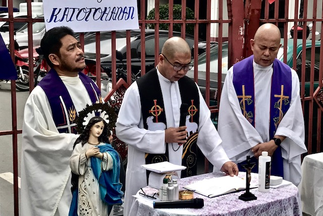 PRAYER RALLY. Fathers Albert Alejo (left), Flavie Villanueva (center), and Robert Reyes (right) say mass for the victims of the Duterte administration's anti-drug campaign. Photo by Rambo Talabong/Rappler