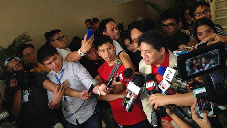 PHILIPPINE MEDIA. Filipino reporters conduct a doorstop interview at the House of Representatives. File photo by Bea Cupin/Rappler