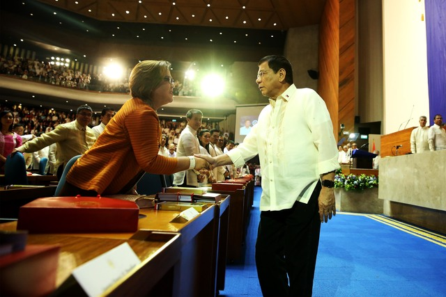 MEETING. President Rodrigo Duterte shakes hands with De Lima before delivering his 1st State of the Nation Address in 2016. The senator would not be able to attend his 2nd SONA. Malacau00f1ang file photo