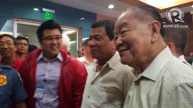 FOR BUSINESSES. Davao City mayor Rodrigo Duterte poses for a photo with Filipino-Chinese businessmen in Binondo, Manila. All photos by Pia Ranada/Rappler