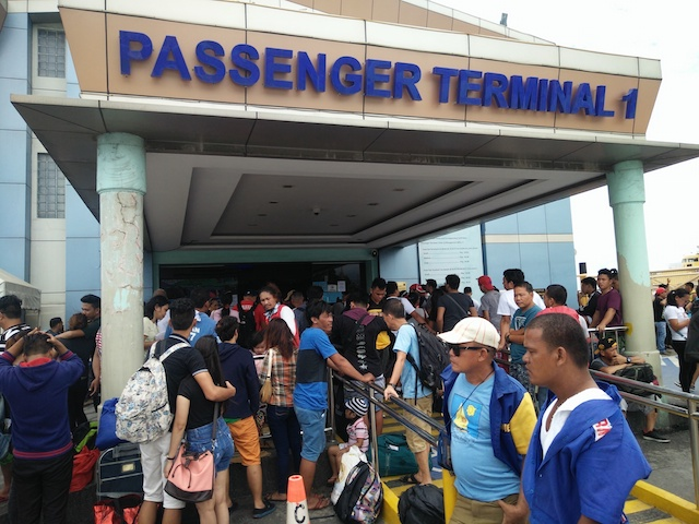 STRANDED. Manila-bound passengers are stranded and wait outside the Cebu Pier Uno terminal building after the Philippine Coast Guard canceled boat departures on September 12, 2017. Photo by Michael Ortega Ligalig/Rappler