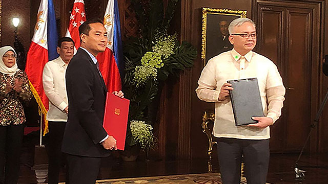 DEAL. National Privacy Commission Privacy Commissioner Raymund Liboro (right) and Personal Data Protection Commission (PDPC) Commissioner Tan Kiat How sign an MOU on personal data protection on September 9, 2019. Photo from NPC