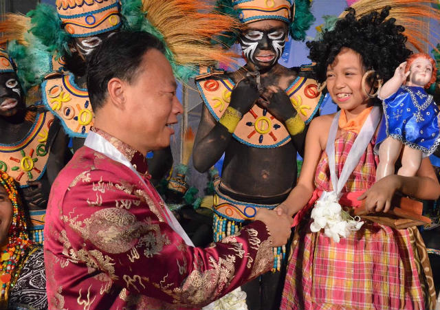 'LONG FRIENDSHIP.' Chinese Ambassador to the Philippines Zhao Jianhua greets one of the performers at the launch of an exhibit at the Philippines' Department of Foreign Affairs on March 4, 2015. Photo courtesy of DFA