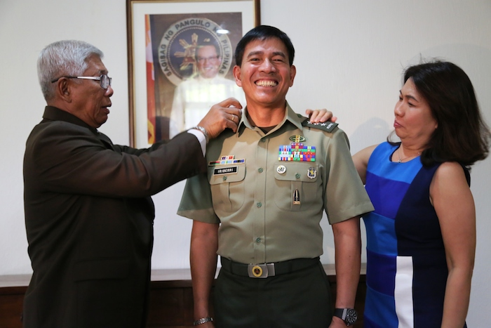 FAVORED. File photo of Defense Secretary Voltaire Gazmin pinning the third star of Army chief Lieutenant General Hernando Iriberri
