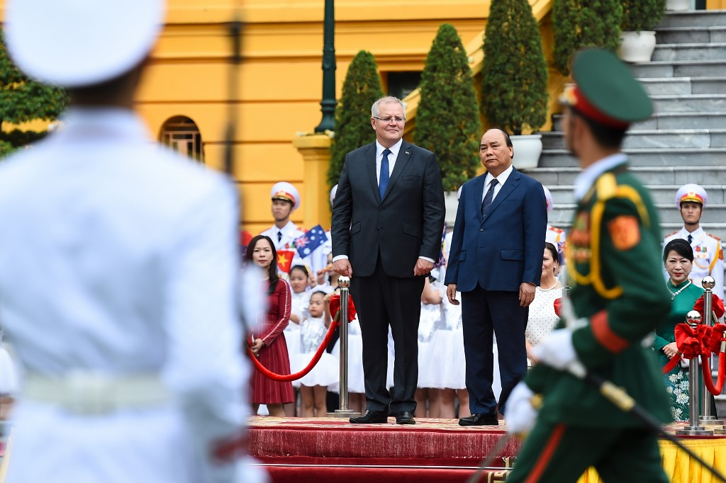 GUEST. Australia's Prime Minister Scott Morrison (left) inspects a guard of honor with his Vietnamese counterpart Nguyen Xuan Phuc during a welcoming ceremony at the Presidential Palace in Hanoi on August 23, 2019. Photo by Nhac Nguyen/AFP