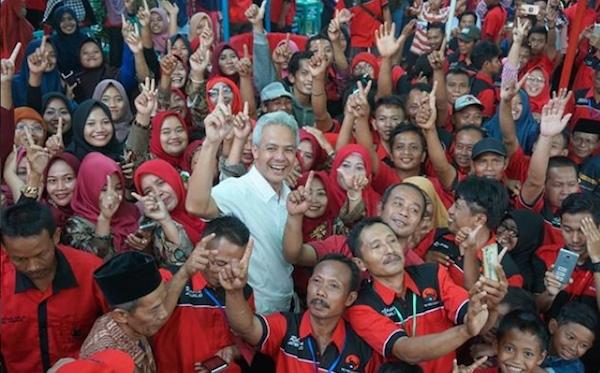 ACUNG. Calon Gubernur Jateng Ganjar Pranowo mengacungkan jari telunjuk di tengah-tengah kader PDI-Perjuangan Boyolali. Foto dari instagram @pdipjateng