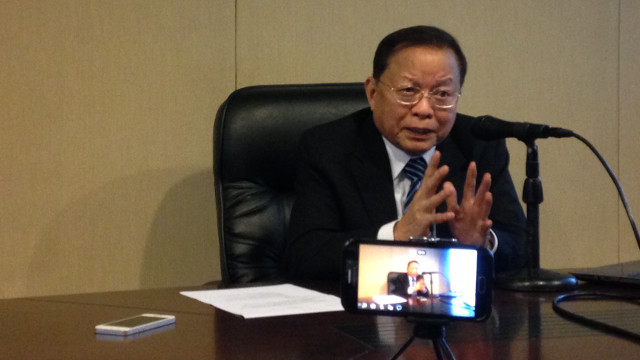 ONE-MONTH MARK. Former chief justice Reynato Puno explains the achievements of the Consultative Committee in the past month. Photo by Dasha Uy