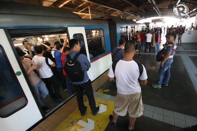 WAITING. An MRT3 train stops at Araneta-Cubao Station for almost an hour early morning on Tuesday, February 20, 2018. File Photo by Darren Langit/Rappler