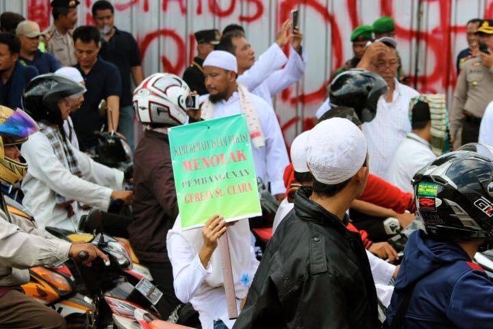 BEKASI. Sejumlah kelompok masyarakat menolak pendirian Gereja Santa Clara Bekasi. Foto koleksi Program Peduli Gereja Katolik
