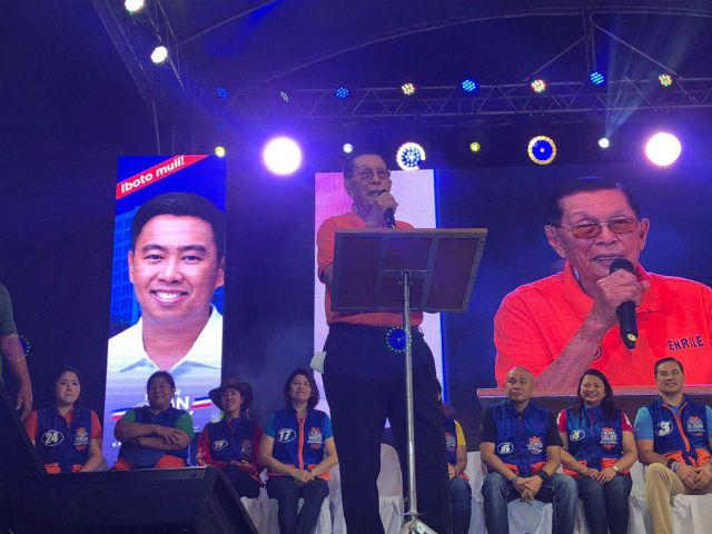 SEEKING COMEBACK. Senatorial candidate Juan Ponce Enrile discusses his pro-poor agenda before Makati residents. Photo by Mara Cepeda/Rappler
