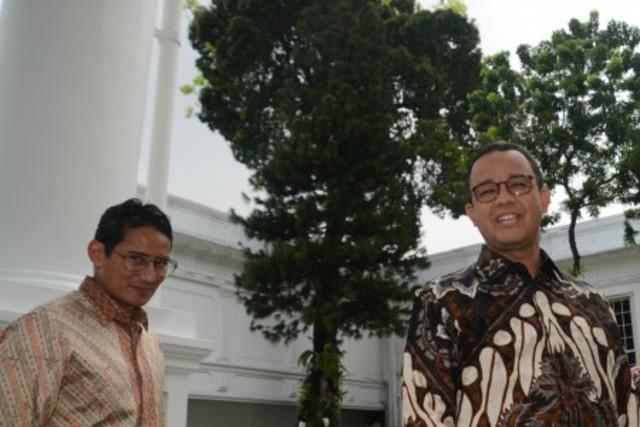 Gubernur DKI Jakarta Anies Baswedan (kanan) dan Wakil Gubernur Sandiaga Uno mendatangi Istana Kepresidenan. Foto oleh Rosa Panggabean/ANTARA