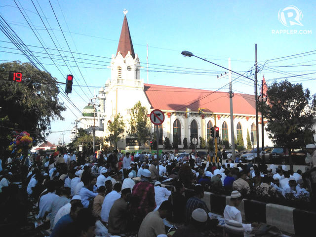 Sebagian jemaah Masjid Agung Jami menunaikan salat Idul Fitri di halaman Gereja Kayu Tangan. Foto oleh Dyah Ayu Pitaloka/Rappler