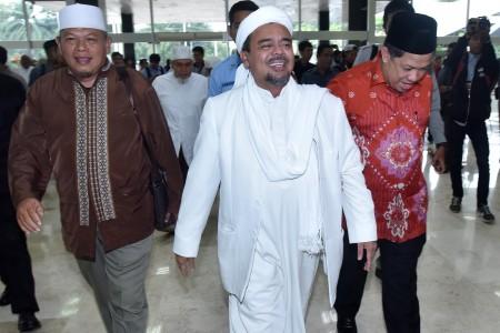 Wakil Ketua DPR Fachri Hamzah (kanan) berbincang dengan Ketua Front Pembela Islam Habib Rizieq Shihab ketika melakukan audiensi di Kompleks Parlemen Senayan, Jakarta, Rabu (11/1). Foto oleh Wahyu Putro/ANTARA