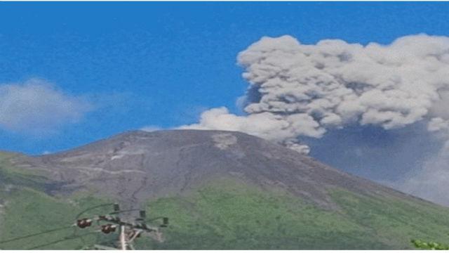 Gunung Gamalama di Ternate menyemburkan abu vulkanik pada Rabu, 3 Agustus. Foto oleh Antara.