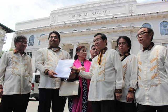 FIGHTING FOR RIZAL. Members of the Knights of Rizal file a petition with the Supreme Court to stop the construction of Torre de Manila which threatens the sightline of the Rizal Monument. Photo by Joel Leporada/Rappler