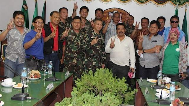 PEACE SIGN. Philippine military officers and MILF leaders including Wahid Tundok pose for peace.