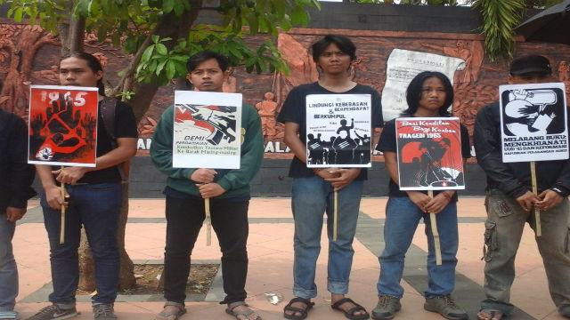 Aktivis Aliansi Masyarakat Semarang beunjuk rasa di depan Markas Polda di Semarang, Jawa Tengah. Foto: Fariz Fardianto