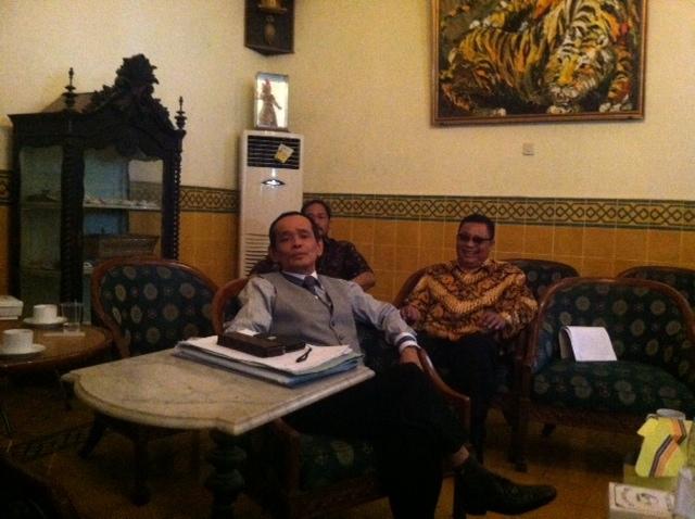JANGAN BEBANKAN PKL. Anggota tim kuasa hukum Keraton Yogyakarta KRT Niti Negoro menyampaikan pernyataan pers kepada wartawan, 29 September 2015. Foto oleh Mawa Kresna/Rappler