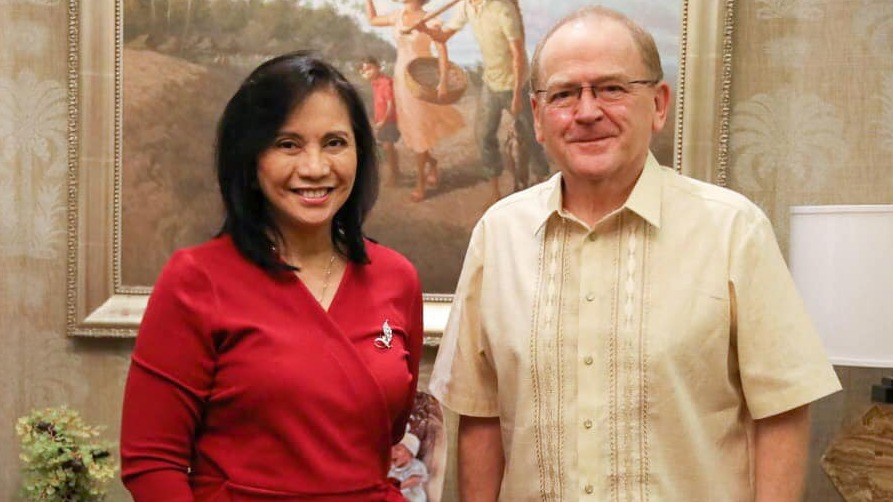 COURTESY CALL. Vice President Leni Robredo meets with the consulting producer of The Kingmaker, William Mellor. Photo from VP Leni Robredo's Facebook page
