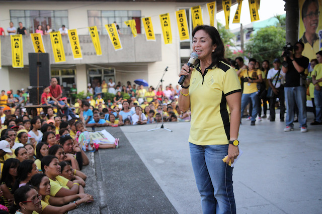 CAMPAIGN SORTIE. Administration vice presidential bet Leni Robredo addresses fellow Bicolanos on February 13, 2016. Photo by Franz Lopez/Rappler