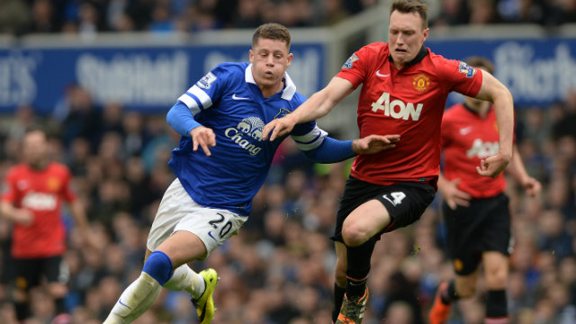 Everton's Ross Barkley (L) in action against Manchester United's Phil Jones (R). Photo by Peter Powell/EPA