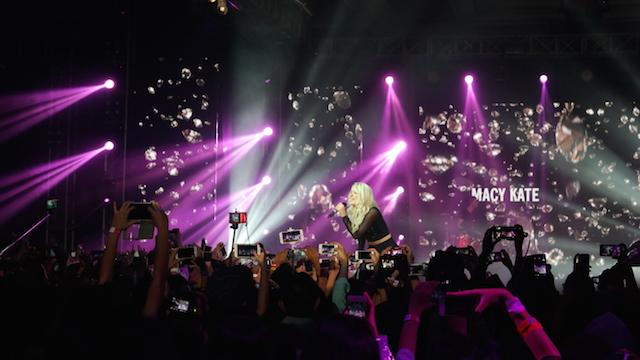 FOTO. Para fans mengambil gambar saat Macy Kate tampil di panggung YouTube FanFest Indonesia 2015. Foto oleh Sakinah Ummu Haniy/Rappler