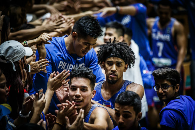 FAN LOVE. Gabe Norwood (C) and the rest of Gilas Pilipinas get some love from Pinoys watching in Lebanon. Photo from FIBA.com