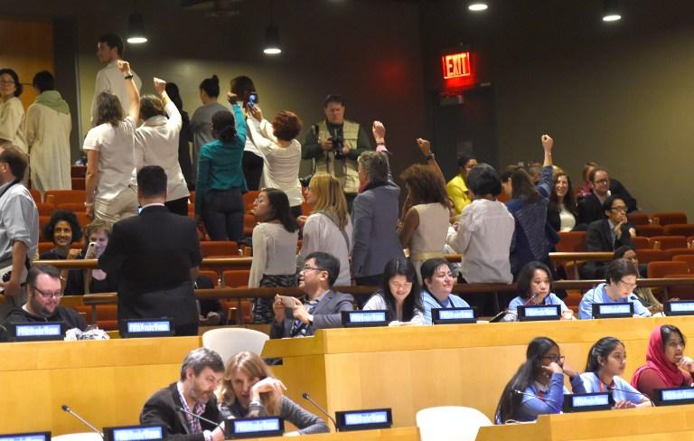 PROTES DI PBB. Para demonstran berdiri saat melakukan protes di upacara peresmian Wonder Woman sebagai duta kehormatan PBB untuk pemberdayaan perempuan. Foto oleh Timothy A. Clary/AFP