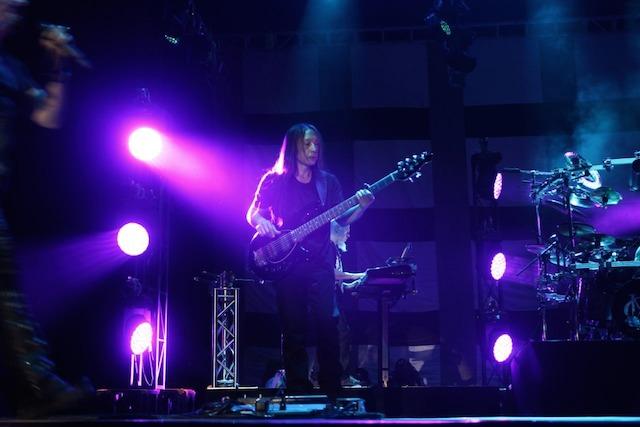 BASS. Permainan bass John Myung memukau penonton. Foto dari Rajawali Indonesia
