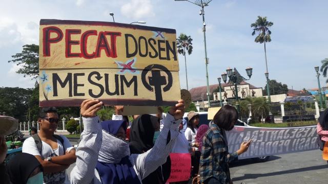 POSTER. Salah satu poster yang dibawa oleh peserta long march untuk memperingati hari Perempuan Internasional pada Rabu, 8 Maret. Foto oleh Dyah Pitaloka/Rappler