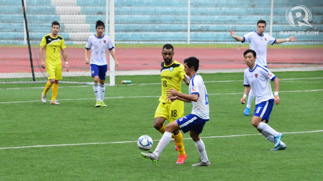 READY TO STRIKE. Orman Okunaiya of Ceres-La Salle goes for an attack. Photo by Bob Guerrero/Rappler