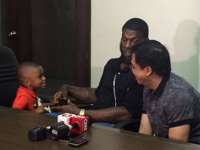 BONDING. PBA commissioner Chito Narvasa (R) bonds with Ivan Johnson's family after their meeting. Photo by Jane Bracher/Rappler