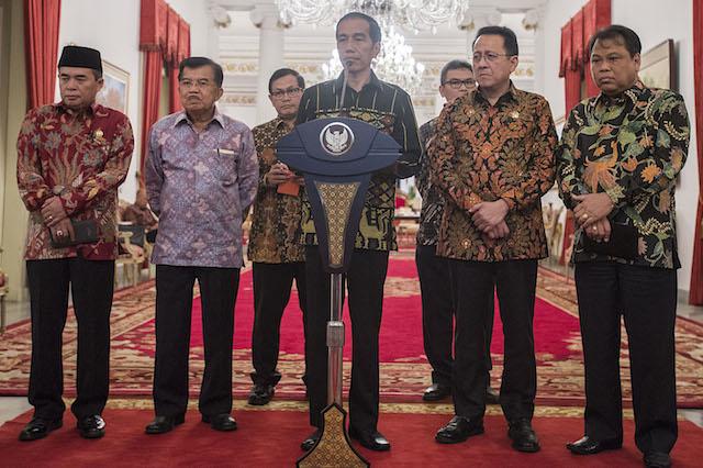 Presiden Jokowi memberikan keterangan pers usai pimpin rapat dengan kepala lembaga negara perihal proposal revisi UU Terorisme di Istana Negara, 19 Januari 2016. Foto oleh Antara