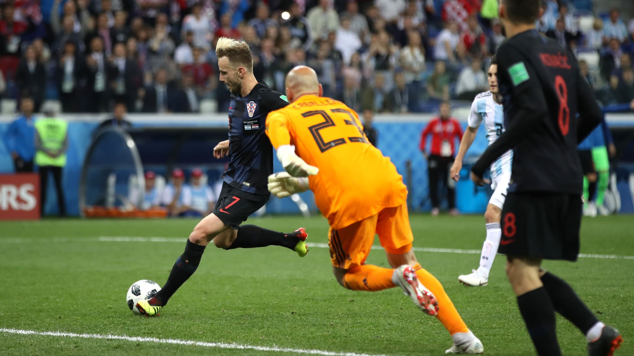 GOL KETIGA. Ivan Rakitic (Kroasia) mencetak gol ketiga melewati kiper Argentina Wilfredo Caballero di pertandingan grup D, Jumat, 22 Juni. Foto dari FIFA.com