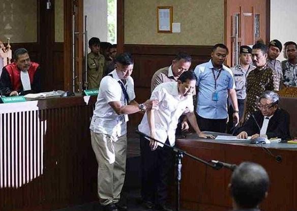 DRAMA. Ketua DPR non aktif Setya Novanto kembali membuat drama di sidang perdana dengan mengeluhkan sakit. Foto oleh ANTARA