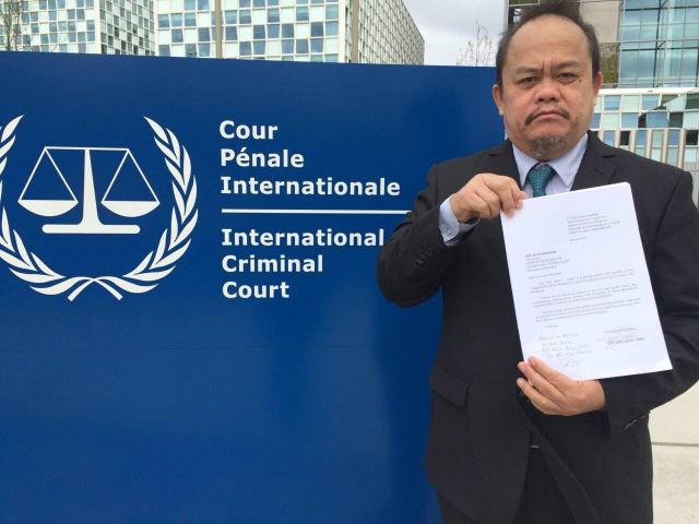 COMPLAINT VS DUTERTE. Filipino lawyer Jude Sabio files a complaint against President Rodrigo Duterte before the International Criminal Court. Photo courtesy of the Office of Senator Antonio Trillanes IV