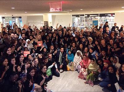 Putri Gayatri bersama delegasi seluruh dunia berfoto bersama pemenang Nobel Malala Yousafzai. Foto dari Save the Children