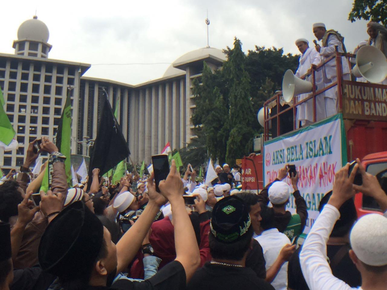 ORASI. Pengunjuk rasa berorasi di Masjid Istiqlal sebelum menuju Balai Kota. Foto oleh Sakinah Ummu Haniy/Rappler