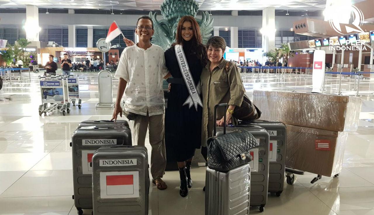 MU2017. Puteri Indonesia 2017 Bunga Jelitha Ibrani diapit kedua orang tuanya saat akan berangkat menuju Las Vegas. Foto oleh Sakinah Ummu Haniy/Rappler