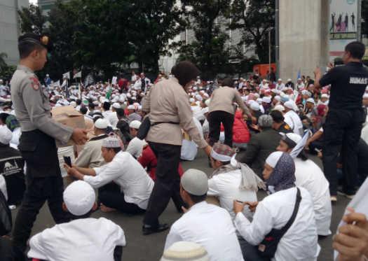 Sejumlah anggota polisi membagi-bagikan permen kepada pengunjuk rasa di depan Mabes Polri. Foto oleh Santi Dewi/Rappler