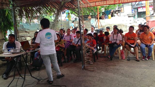 LEARNING PROGRAM. Some 30 residents of flood-prone Barangay Potrero in Malabon learn about proper solid waste management. Photo by Katerina Francisco/Rappler