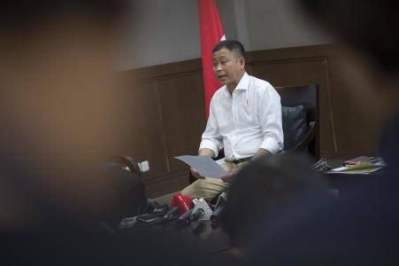 KETERANGAN PERS. Menteri ESDM Ignasius Jonan memberikan keterangan pers terkait tarif tenaga listrik di gedung Kementerian ESDM, Jakarta, Rabu, 21 Juni. Foto oleh Widodo S Jusuf/ANTARA